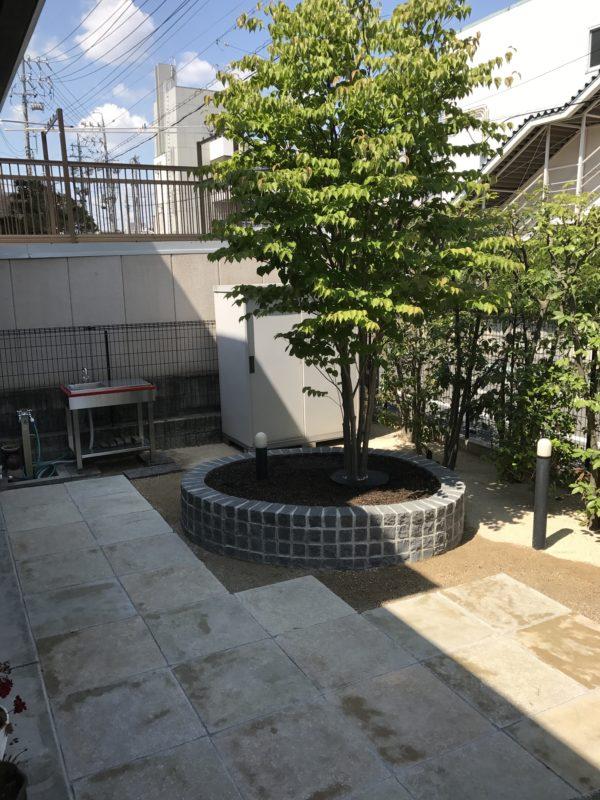 花壇と方形石敷